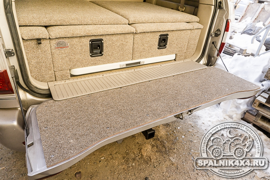 Стандартный автоспальник для Тойота Ленд Крузер 100 с интегрированным столом и кастомной накладкой на заднюю дверь
