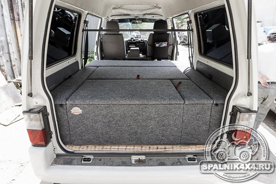 Нестандартный автомобильный спальник для Nissan Vanette с размещенной переносной автомобильной лебедкой